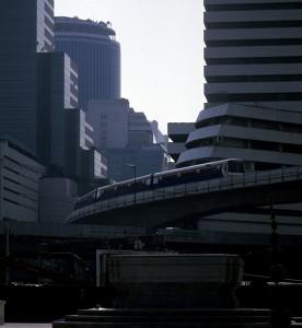 Sky-Train in der Hochhausschlucht