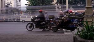 Mopeds an der Kreuzung