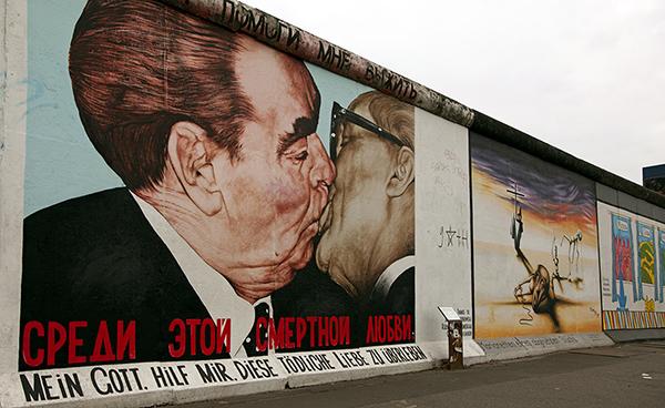 """East Side Gallery - Dmitri Wrubel: """"Mein Gott hilf mir, diese tödliche Liebe zu überleben"""", Marc Engel """"Marionetten eines abgesetzten Stücks"""", Alexej Taranin: """"Mauern international"""""""