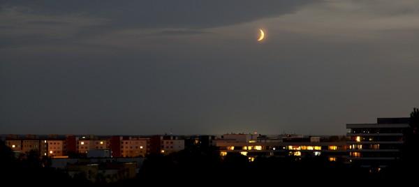 Blick vom Ostparkhügel: Der Mond über München-Perlach