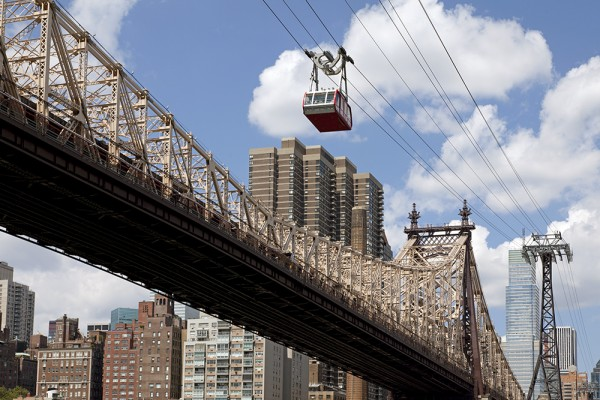 Queensboro Bridge und Roosevelt Island Tram nach Manhattan, New York
