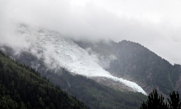"""""""... auf den Hängen ragen nur noch die letzten Ausläufer der Gletscherzungen aus der grauen Wolkenwatte hervor."""""""