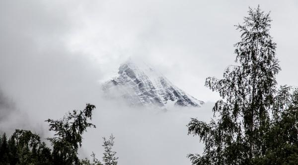 """""""... die Bergspitzen stecken in dichten Wolken, ..."""""""
