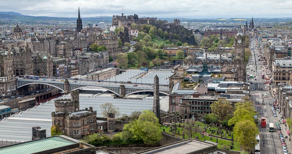 Blick vom Nelson Monument auf Old Town, Edinburgh Castle und New Town